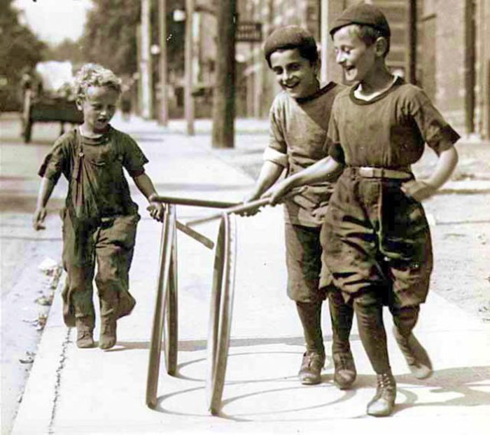 Дети играют в хуп-роллинг в Торонто. 1922 год.
